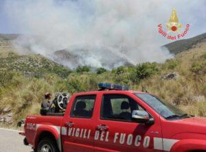 Una macchina dei vigili del fuoco nelle campagne di Itri, in provincia di Latina