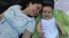 Silvana Santo, la mamma green sdraiata sul prato insieme al suo bambino