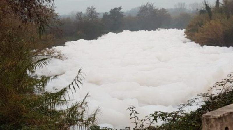La schiuma sul fiume Sacco