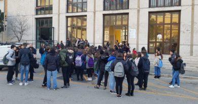 Gli studenti del Liceo Varrone di Cassino protestano davanti al Comune