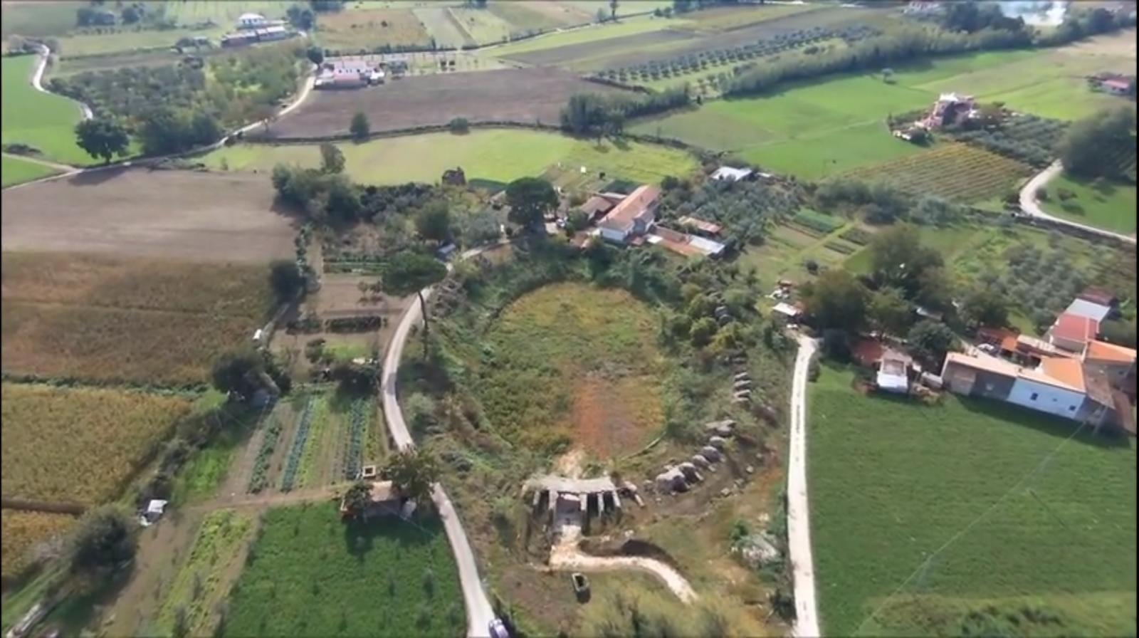 L'anfiteatro dell'antica Telesia con le sue rovine visto dall'alto