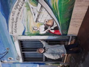 Alberto Spaziani accanto al murale nella stazione ferroviaria di Ceccano