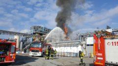 I vigili del fuoco intervengono dopo l'esplosione all'impianto industriale di Bulgarograsso (Co)