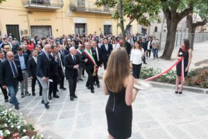Il taglio del nastro all'inaugurazione del castello di Mignano Montelungo | Foto di Matteo Ricci