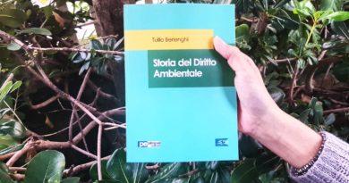La copertina del libro di Tullio Berlenghi sullo sfondo di una siepe