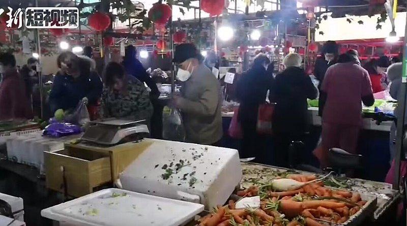Alcuni cittadini fanno la spesa in un mercato di Wuhan (Fonte- Wikipedia)