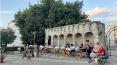 Le merlettaie di Isernia sedute davanti alla Fontana Fraterna