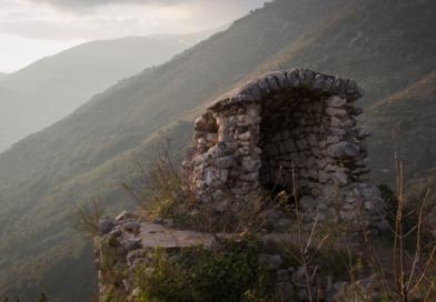 La cupola di vedetta sulla torre sud-ovest della Rocca Sorella, con lo sfondo del monte Sant'Angelo.