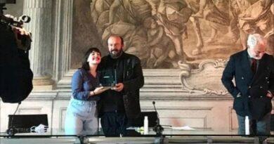 """La consegna del premio nazionale """"Innesto"""" ad Asia Vaudo, con lei il poeta Davide Rondoni"""