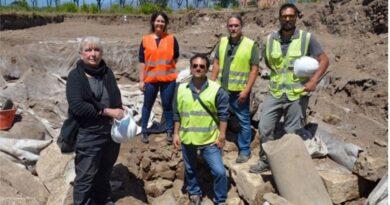La squadra degli archeologi con il direttore Giovanna Rita Bellini presso gli scavi a Minturno
